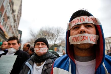 Feirantes a Manifestarem-se em frente à conferência do PSD (Foto: Sol.pt)