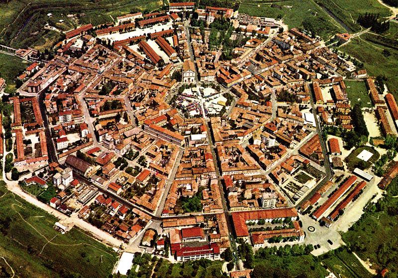 A cidade de Palmanova, Itália, mantém a estrutura do desenho original, radioconcêntrica, mas ainda com a forma octogonal