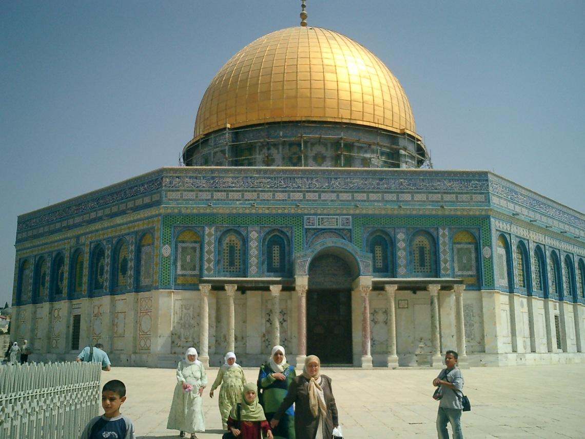 A Mesquita Al-Sakrah, também chamada de 'Cúpula da Pedra', é muitas vezes referida pelo nome da Mesquita vizinha, Al-Aqsa