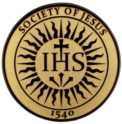 O Logotipo da Companhia, com as letras IHS, 'Iesus Hominum Salvator', ou 'Jesus Homem Salvador'