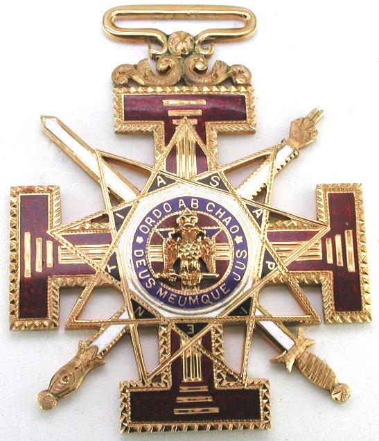 Medalha do 33º Grau Maçónico (Ritual Escocês), com a inscrição 'Ordo Ab Chao', Ordem do Caos