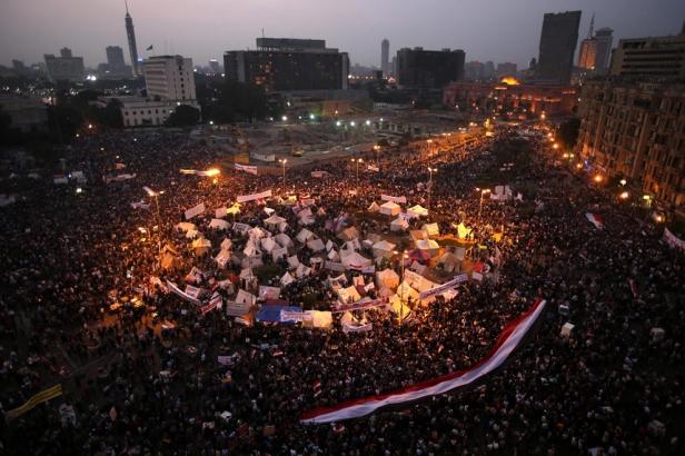 A praça Tahrir tem sido ao longo dos últimos anos, e sobretudo no principio de Julho de 2013, o palco de algumas das mobilizações mais numerosas da história da humanidade, primeiro com protestos contra o regime de Mubarak, acolhendo depois mobilizações de oposição e apoio a Mursi e o governo da Irmandade Muçulmana