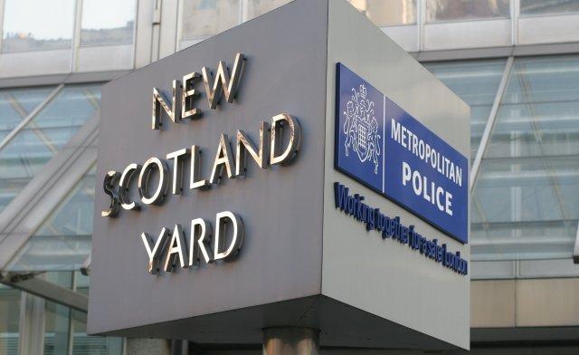 Uma investigação da Scotland Yard revela que gangsters são capazes de recrutar policiais através de sociedade secreta