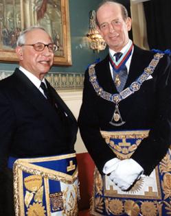 O Príncipe Edward, Duque de Kent, o Grão-Mestre da Maçonaria da Inglaterra e do País de Gales (na direita) em Traje Maçónico