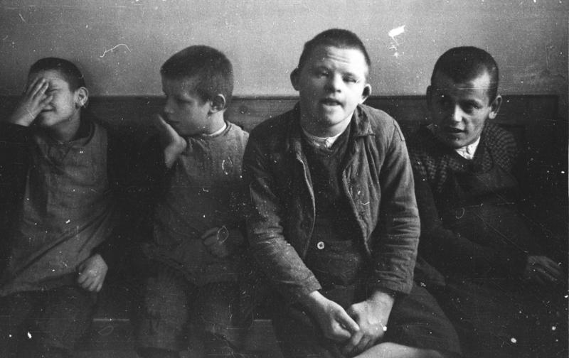 Hospital psiquiátrico de Schönbrunn , 1934, mostrando algumas das crianças deficientes visadas pelo programa de 'morte de misericórdia' dos Nazis